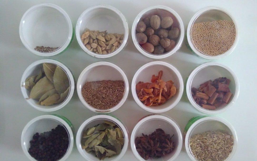 Sådan organiserer du krydderier med bøtter af genbrug